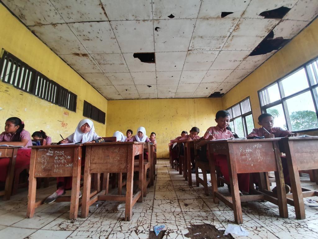 Siswa SDN Samudrajaya 04 Bekasi Belajar di Ruangan Gelap-Tak Ada Toilet