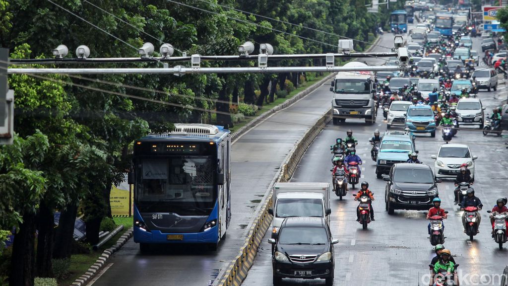 Pemasangan kamera tilang elektronik atau E-TLE diperluas. Kali ini kamera e-TLE yang dipasang di Jalan Gajah Mada, Jakarta, siap memantau pengendara yang melanggar lalu lintas.
