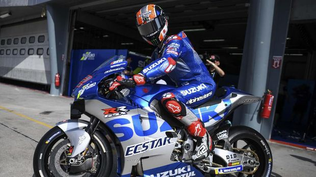 Suzuki Ecstar's Spanish rider Alex Rins leaves the pit lane during the first day of the pre-season MotoGP winter test at the Sepang International Circuit in Sepang on February 7, 2020. (Photo by Mohd RASFAN / AFP)