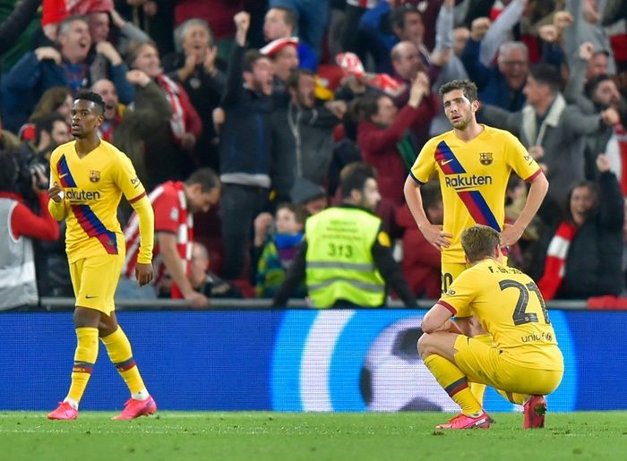 Barcelona players react to Athletic Bilbaos Spanish forward Inaki Williams goal during the Spanish Copa del Rey (Kings Cup) quarter-final football match Athletic Club Bilbao against FC Barcelona at the San Mames stadium in Bilbao on February 06, 2020. (Photo by ANDER GILLENEA / AFP)