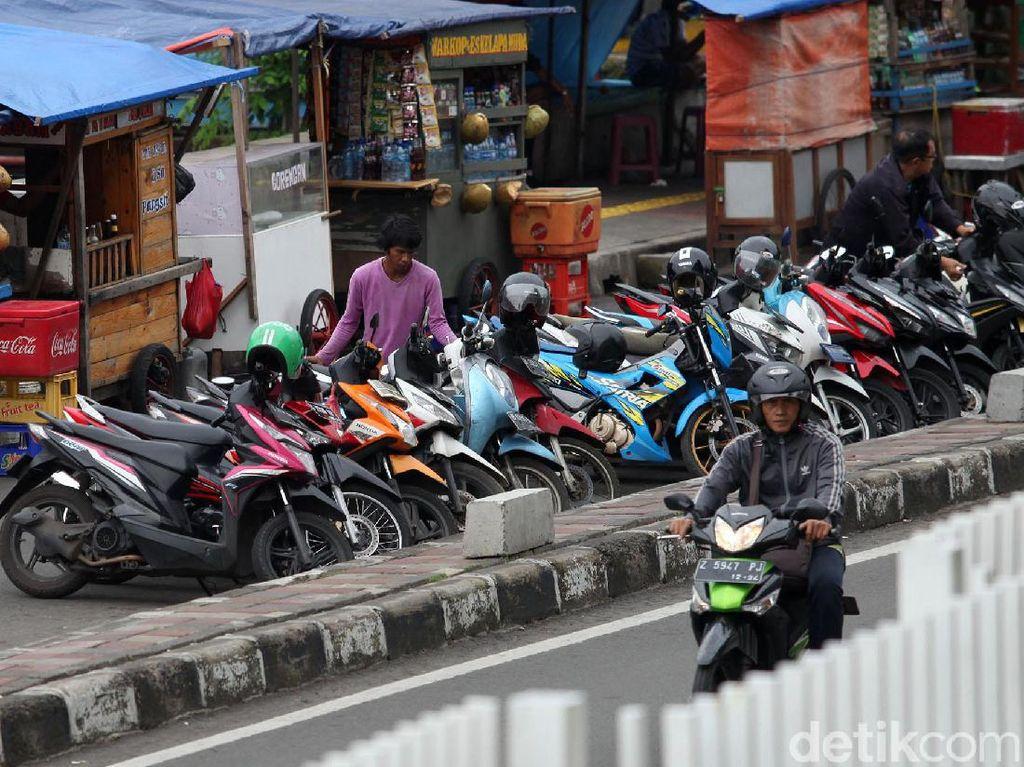 PKL dan Parkir Liar Menjamur di Kawasan ITC Roxy Mas