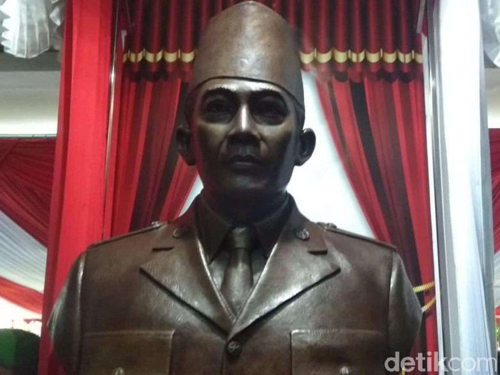 Megawati Resmikan Patung Soekarno di Akmil Magelang