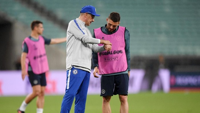 BAKU, AZERBAIJAN - MAY 28:  Maurizio Sarri, Manager of Chelsea and Mateo Kovacic in discussion during the Chelsea FC training session on the eve of the UEFA Europa League Final against Arsenal at Baku Olimpiya Stadion on May 28, 2019 in Baku, Azerbaijan. (Photo by Shaun Botterill/Getty Images)