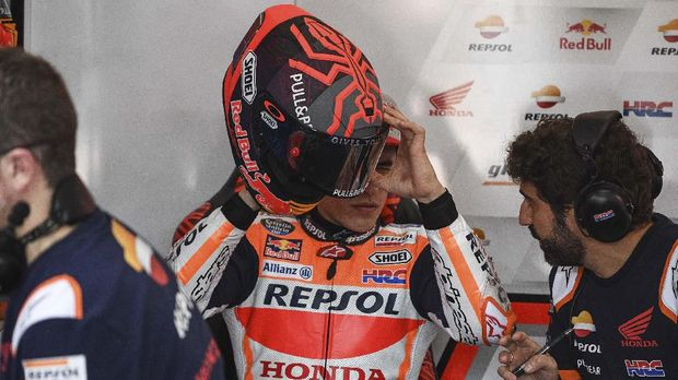Repsol Honda Team's Spanish rider Marc Marquez (C) inspects his helmet during the first day of the pre-season MotoGP winter test at the Sepang International Circuit in Sepang on February 7, 2020. (Photo by Mohd RASFAN / AFP)
