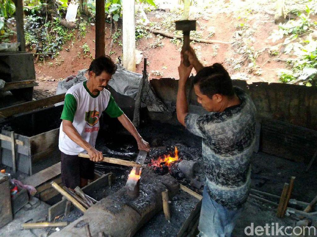 Melihat Pembuatan Perkakas Besi di Kampung Dokdak Ciamis