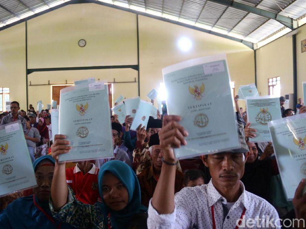 Menteri Sofjan Djalil Bagikan 1.200 Sertifikat Tanah di Sukabumi