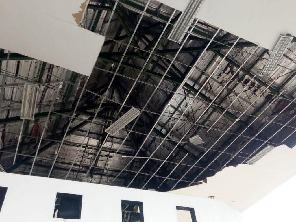 Atap DPRD Blitar Rusak Diterjang Angin Kencang, Banyak Pohon Juga Tumbang