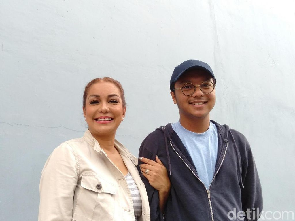 Soraya Haque Merasa Beruntung Anak-anaknya Setia Menjaga Ekki