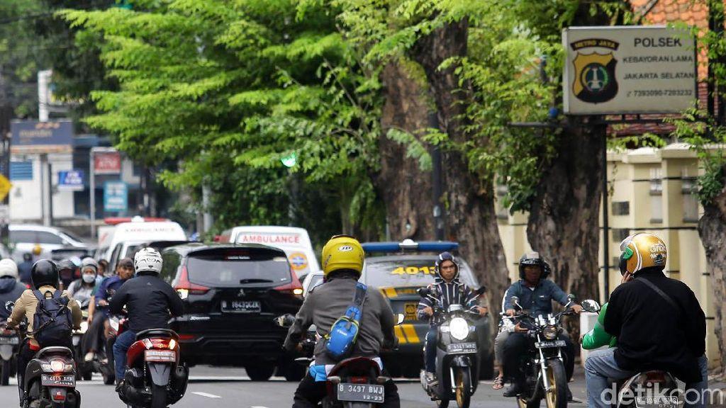 Nekat, Pemotor Ini Lawan Arah di Kebayoran Lama