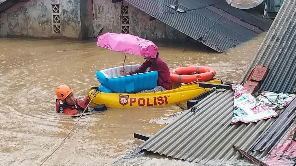 Aksi Heroik Basarnas Evakuasi Bayi Korban Banjir di Kramatjati