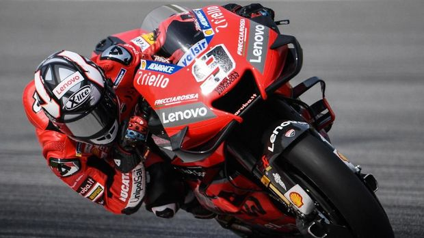 Ducati's Italian rider Danilo Petrucci steers through a corner during the second day of the pre-season MotoGP winter test at the Sepang International Circuit in Sepang on February 8, 2020. (Photo by Mohd RASFAN / AFP)