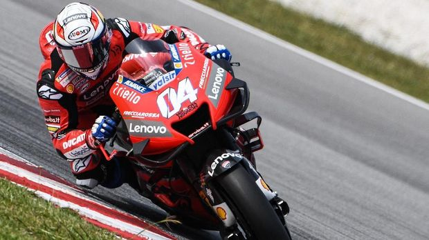 Ducati's Italian rider Andrea Dovizioso steers through a corner during the second day of the pre-season MotoGP winter test at the Sepang International Circuit in Sepang on February 8, 2020. (Photo by Mohd RASFAN / AFP)