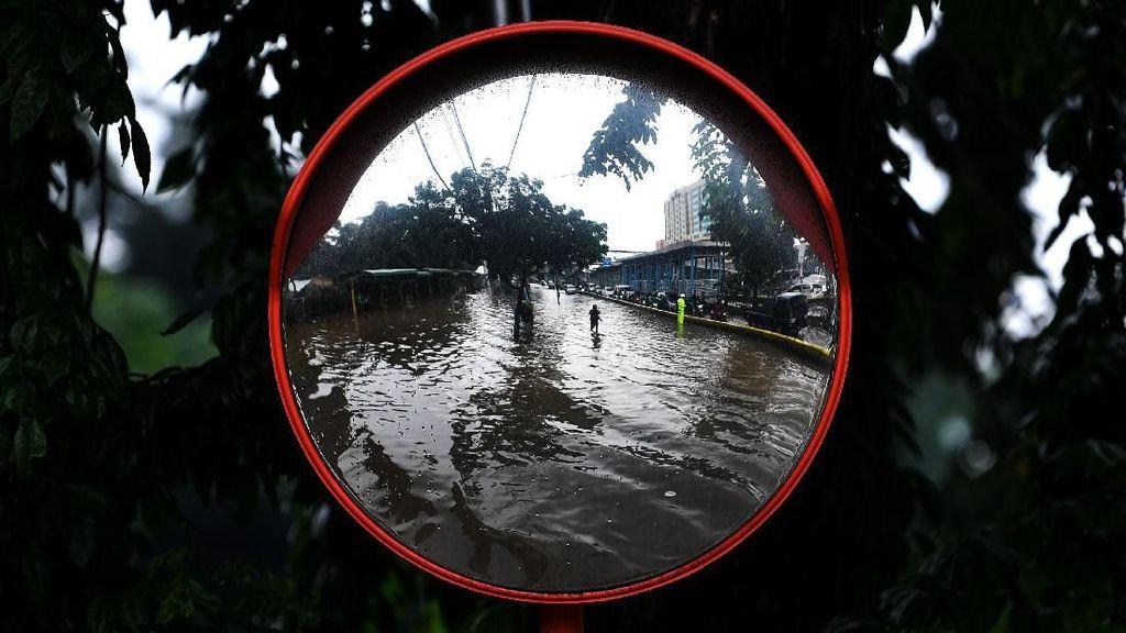 Penampakan Banjir yang Rendam Jalan Letjen Suprapto Jakpus