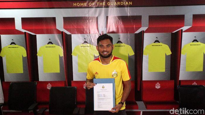 Saddil Ramdani resmi diperkenalkan sebagai pemain baru Bhayangkara FC, Sabtu (8/2/2020). Winger 21 tahun itu dikontrak selama satu tahun. Pengumunan bergabungnya Saddil dihadiri oleh Chief Operating Office (COO) Bhayangkara FC Sumardji,