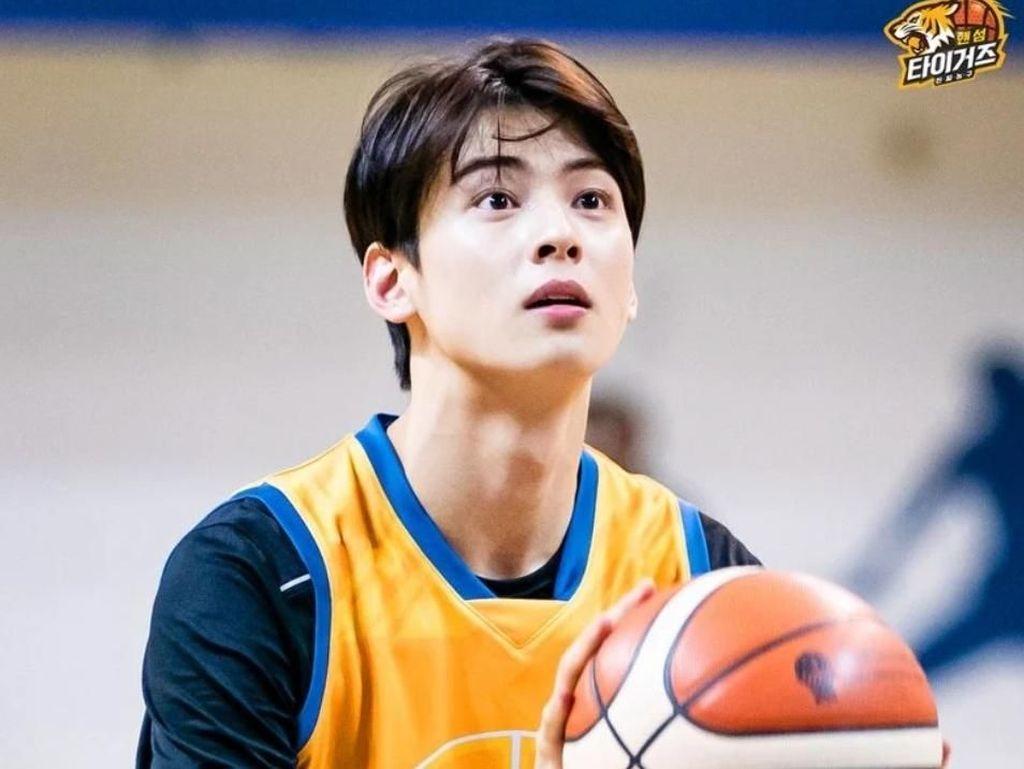 Potret Ganteng Cha Eunwoo Meski Berkeringat & Rambut Lepek saat Main Basket