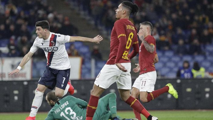 Bolognas Riccardo Orsolini, left, celebrates after scoring during the Italian Serie A soccer match between Roma and Bologna at Romes Olympic stadium, Friday, Feb. 7, 2020. (AP Photo/Gregorio Borgia)