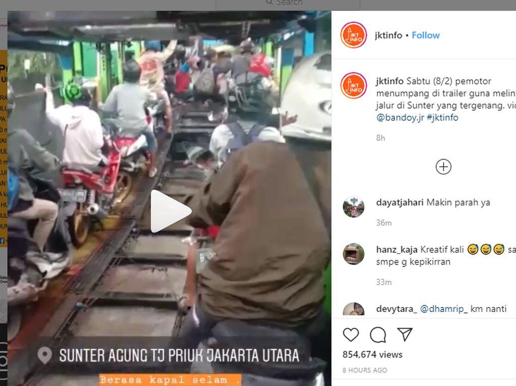 Terobos Banjir, Para Pemotor Ini Numpang di Truk Trailer