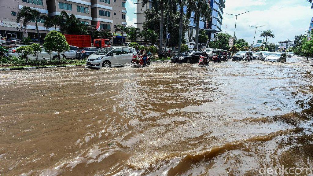 Banjir Juga Rendam Jalan Mitra Sunter Boulevard