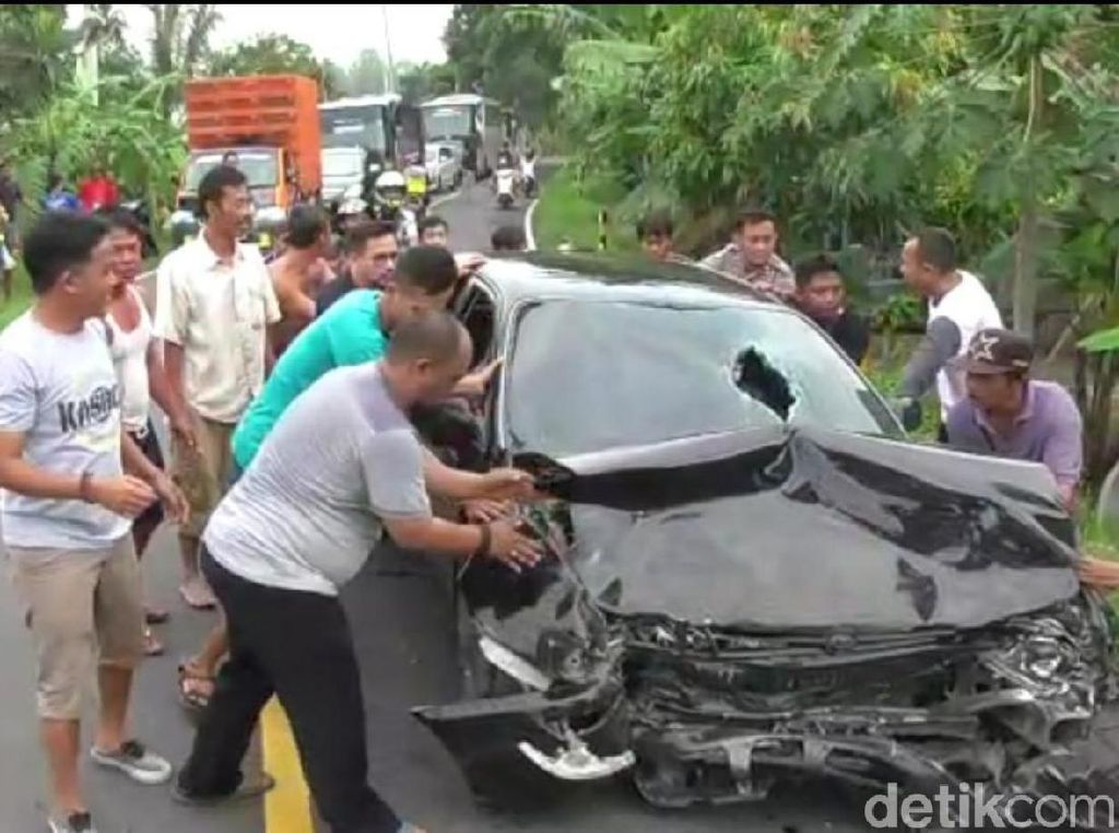 Mobil Kadis Pertanian Pangandaran Tabrakan Beruntun, Satu Penumpang Luka
