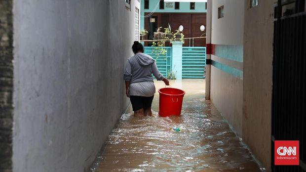 Pemukiman warga yang terendam banjir setinggi 60 centimeter di RT 02 RW 04 Kelurahan Cipinang Melayu Kecamatan Makasar, Jakarta Timur, Sabtu, 8 Januari 2020. hujan deras yang melanda wilayah Jakarta mengakibatkan beberapa wilayah banjir.  CNNIndonesia/Safir Makki