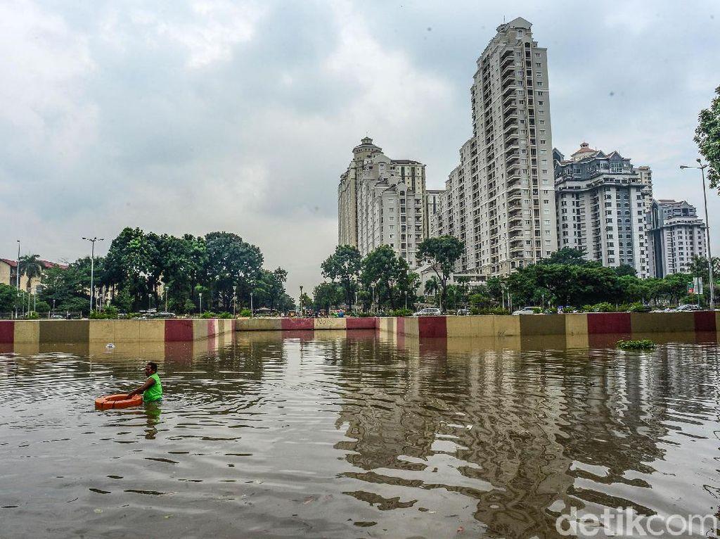 Masih Dipompa, Tinggi Banjir Underpass Kemayoran Pagi Ini 3 Meter