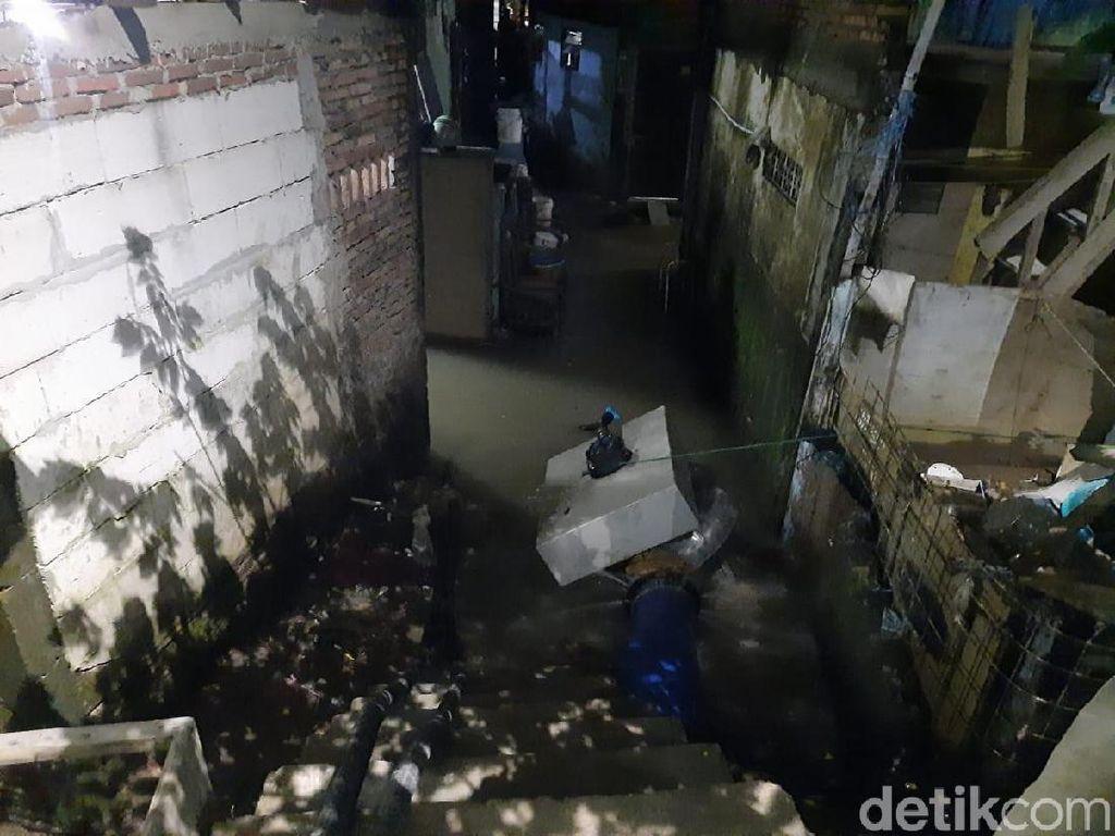 Kampung Pulo Masih Tergenang, Sudin SDA Targetkan Surut Malam Ini