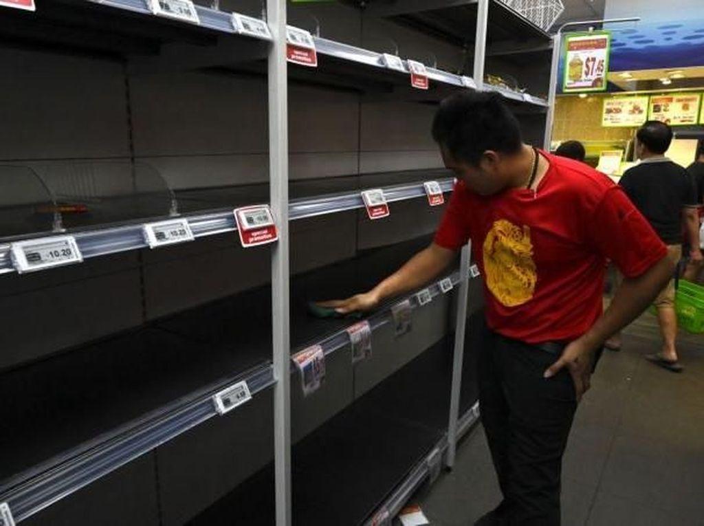 Level Waspada Corona Naik, Warga Singapura Panik Borong Keperluan Dasar