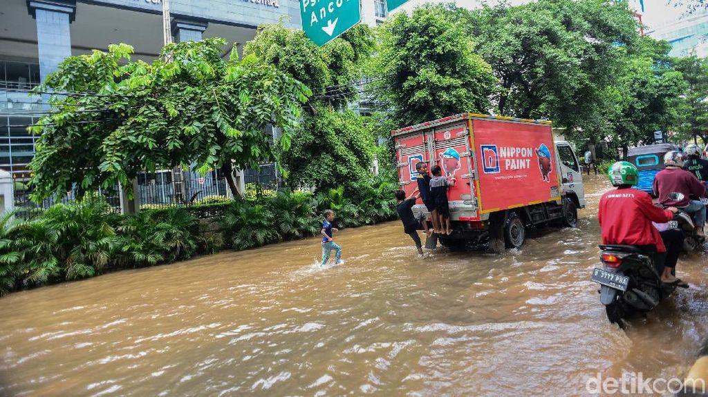Jalan di Depan PN Jakpus Tergenang Banjir