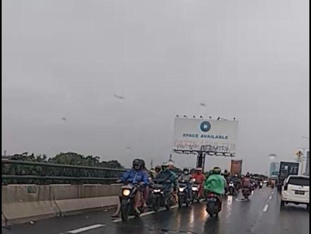 Cempaka Putih Banjir, Sejumlah Pemotor Masuk Tol Priok