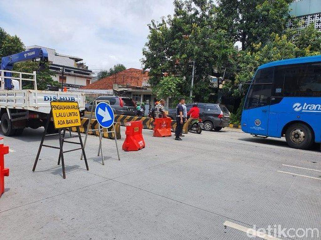 Kampung Pulo Jaktim Banjir, Polisi Alihkan Lalin di Jalan Jatinegara Barat