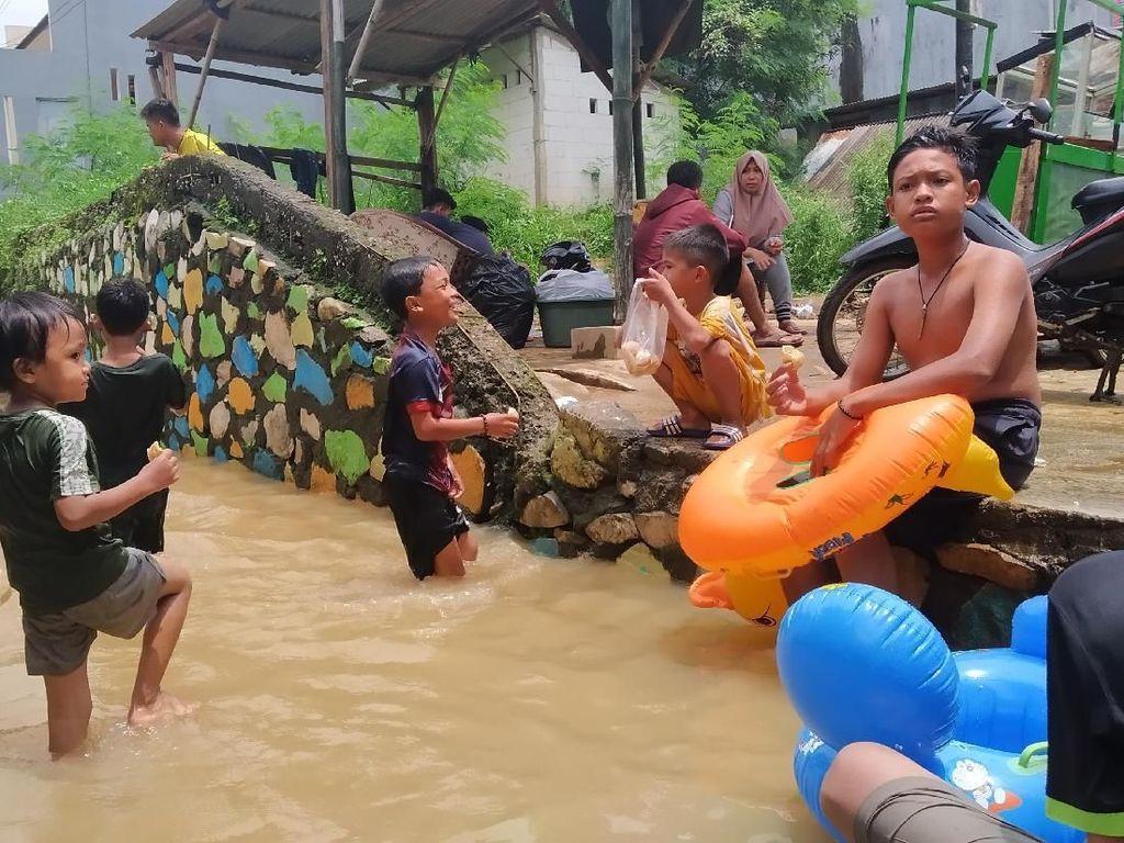 Cerianya Anak-anak Berenang Saat Banjir di Cawang