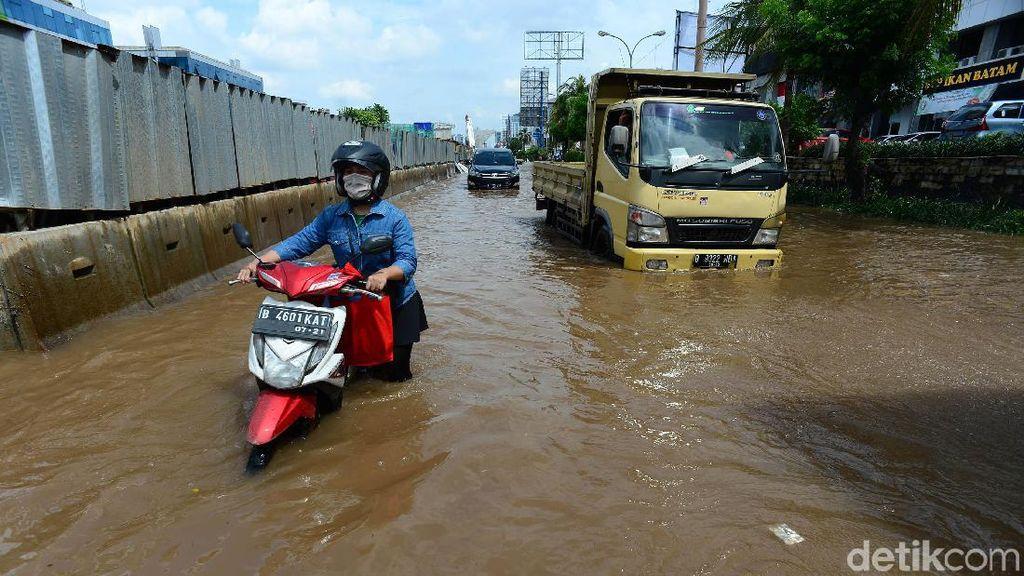 Motor Mogok Akibat Terobos Banjir di Kelapa Gading