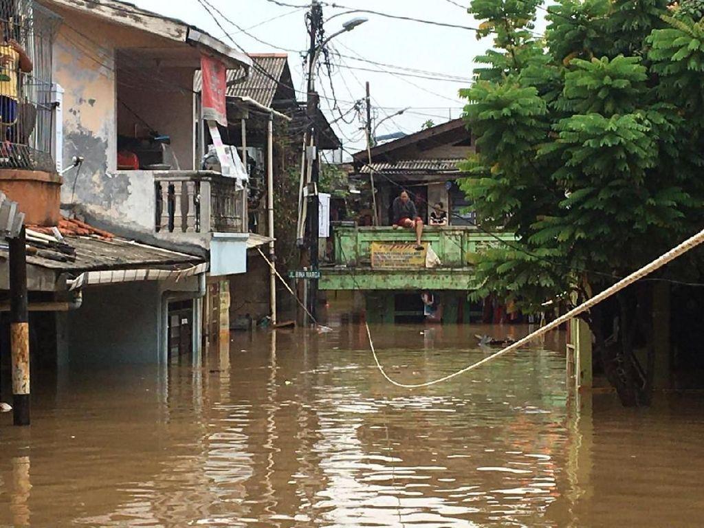 Jalan Binawarga Rawajati Banjir 2 Meter