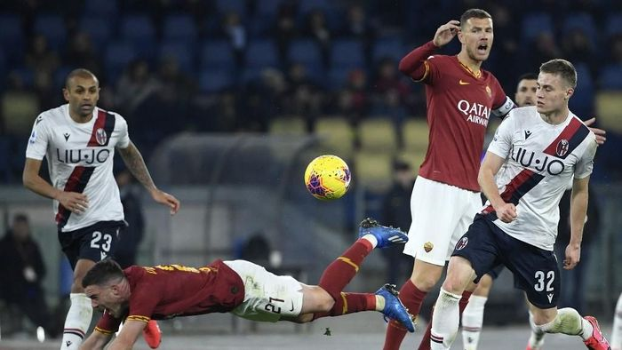AS Romas French midfielder Jordan Veretout falls during the Italian Serie A football match between AS Roma and Bologna on February 7, 2020 at the Olympic stadium in Rome. (Photo by Filippo MONTEFORTE / AFP)