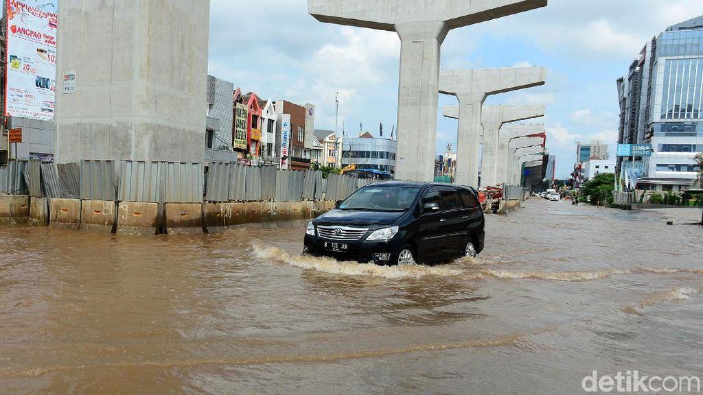 Lagi, Banjir Rendam Jalan Boulevard Barat Kelapa Gading