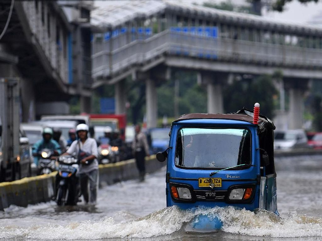 DLH DKI Siagakan 4 Ribu Personel Tangani Sampah Banjir Jakarta