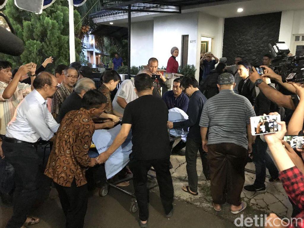 Jenazah Damayanti Noor Istri Mendiang Chrisye Tiba di Rumah Duka