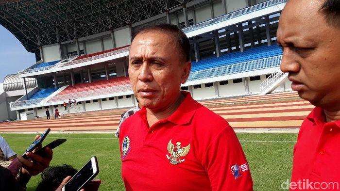 Ketua Umum PSSI Iwan Bule meninjau Stadion Mandala Krida