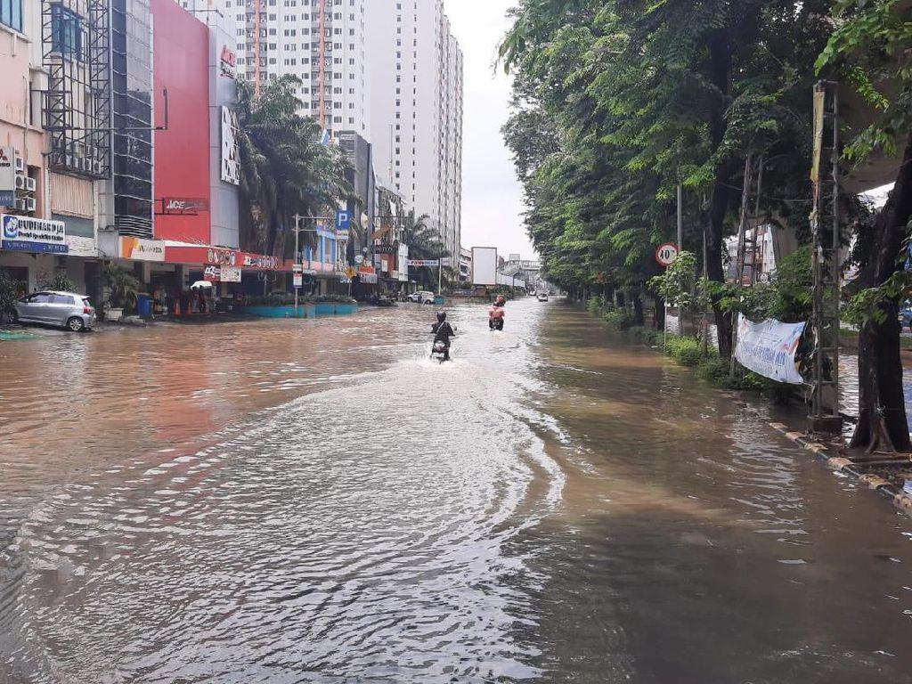Banjir Masih Menggenangi Kawasan Kelapa Gading Jakarta Utara