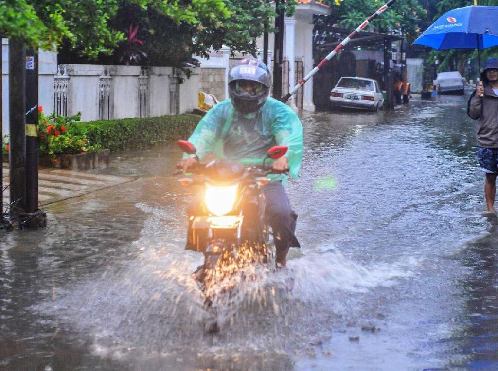 Motor Wajib Dicuci Sehabis Kehujanan? Ini 5 Tips Perawatan di Musim Hujan