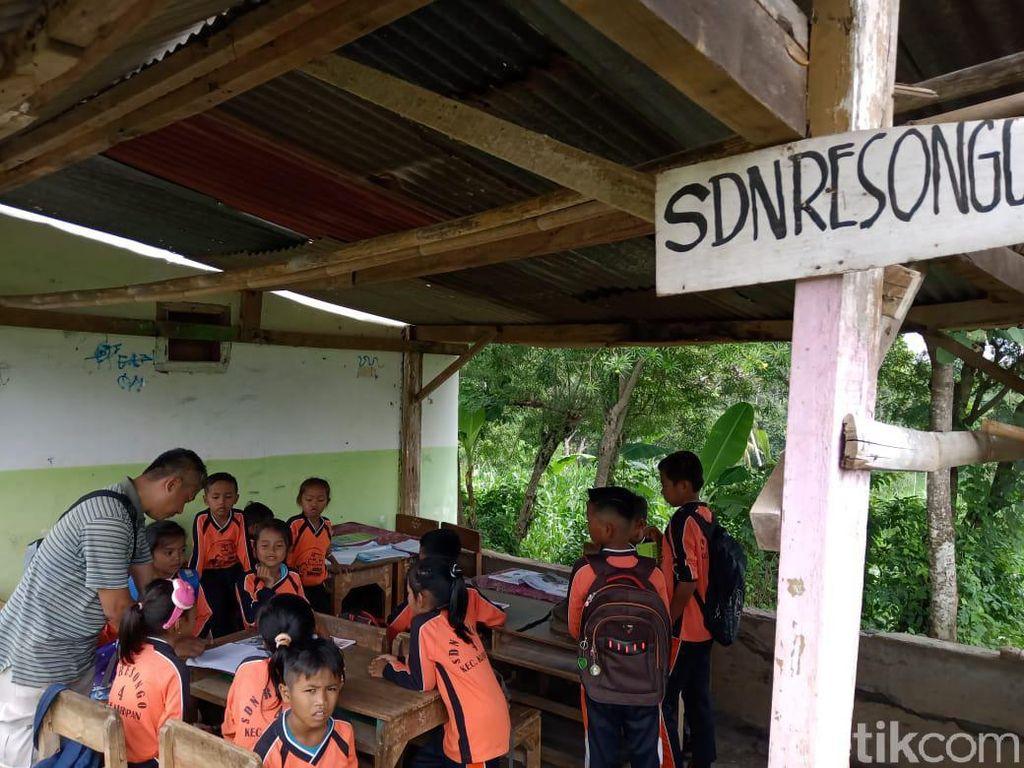 Atap SD di Probolinggo Nyaris Ambruk, Puluhan Siswa Belajar di Tempat Parkir