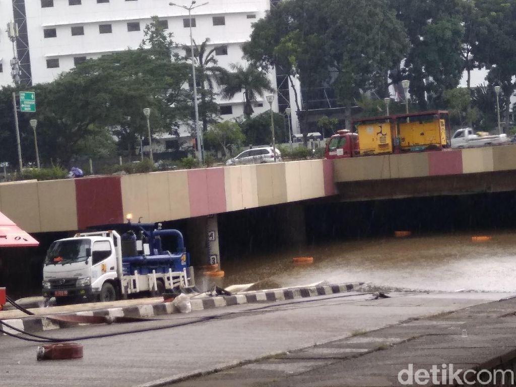 Petugas Terus Sedot Banjir Underpass Kemayoran di Tengah Guyuran Hujan