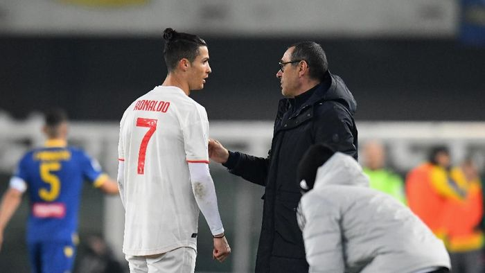 VERONA, ITALY - FEBRUARY 08:  Maurizio Sarri head coach of Juventus  issues instructions to Cristiano Ronaldo of Juventus during the Serie A match between Hellas Verona and  Juventus at Stadio Marcantonio Bentegodi on February 8, 2020 in Verona, Italy.  (Photo by Alessandro Sabattini/Getty Images)