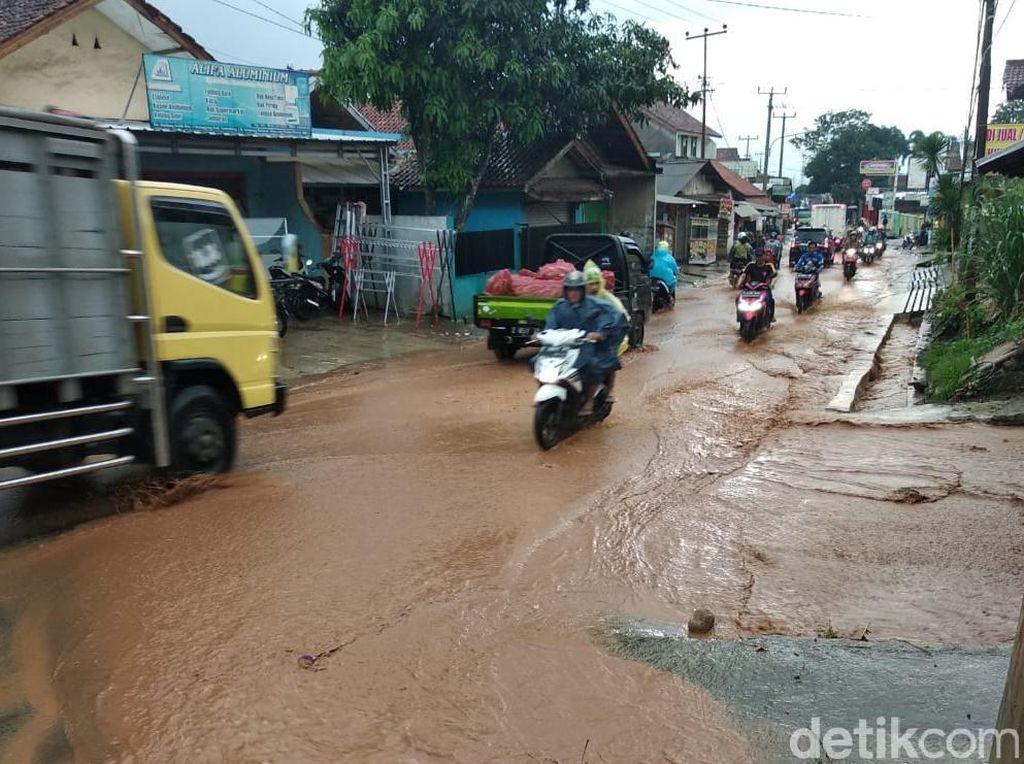 Banjir Lumpur Hambat Lalu Lintas di Simpang-Parakanmuncang Sumedang