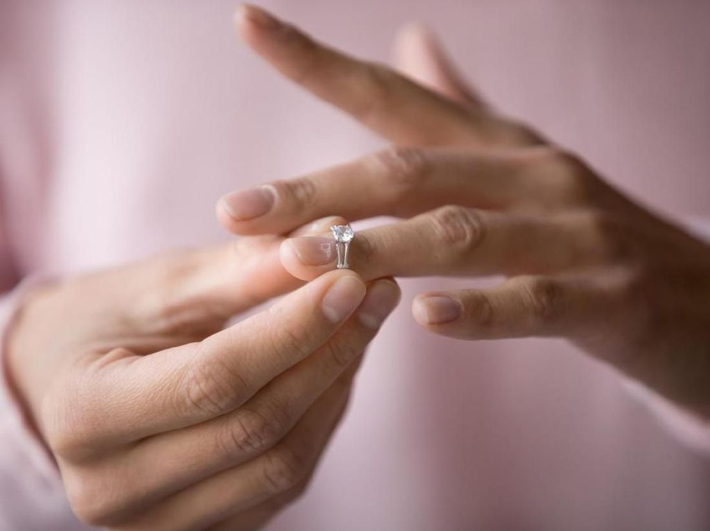 Viral Wanita Pamer Cincin Tunangan, Netizen Salah Fokus ke Kuku