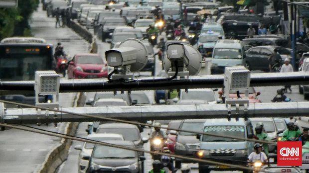 Sistem tilang elektronik (E-TLE) sepeda motor sudah berlaku pada 1 Februari 2020 di kawasan Gajah Mada,  Hayam Wuruk dan Harmoni. Jakarta. Minggu (9/2/2020). Kamera E-TLE (Electronic Traffic Law Enforcement) akan merekam motor yang melakukan pelanggaran dengan sistem pada E-TLE yang akan melacak pelat nomor motor di data base kepolisian. CNN Indonesia/Andry Novelino