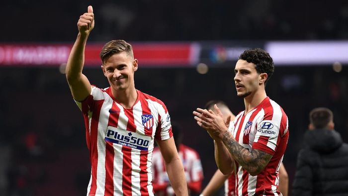 MADRID, SPAIN - FEBRUARY 08: Marcos Llorente and Mario Hermoso of Atletico Madrid acknowledge the fans following the Liga match between Club Atletico de Madrid and Granada CF at Wanda Metropolitano on February 08, 2020 in Madrid, Spain. (Photo by Denis Doyle/Getty Images)