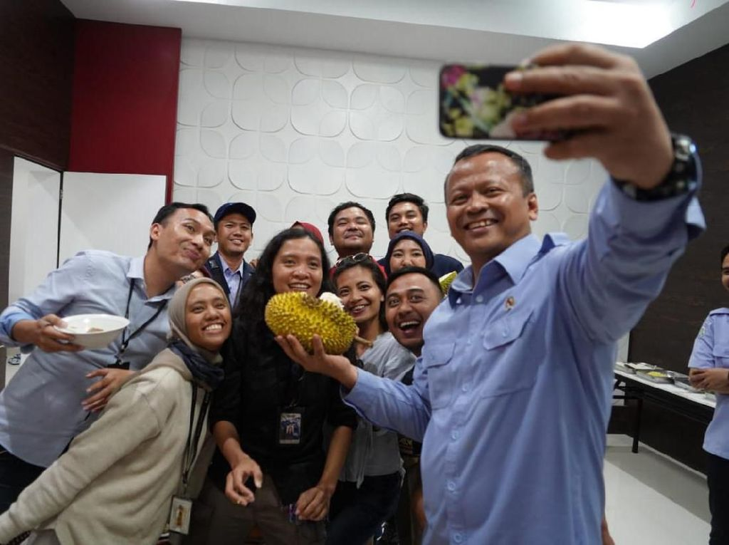Peringati Hari Pers, Menteri Edhy Asyik Pesta Durian Bareng Wartawan