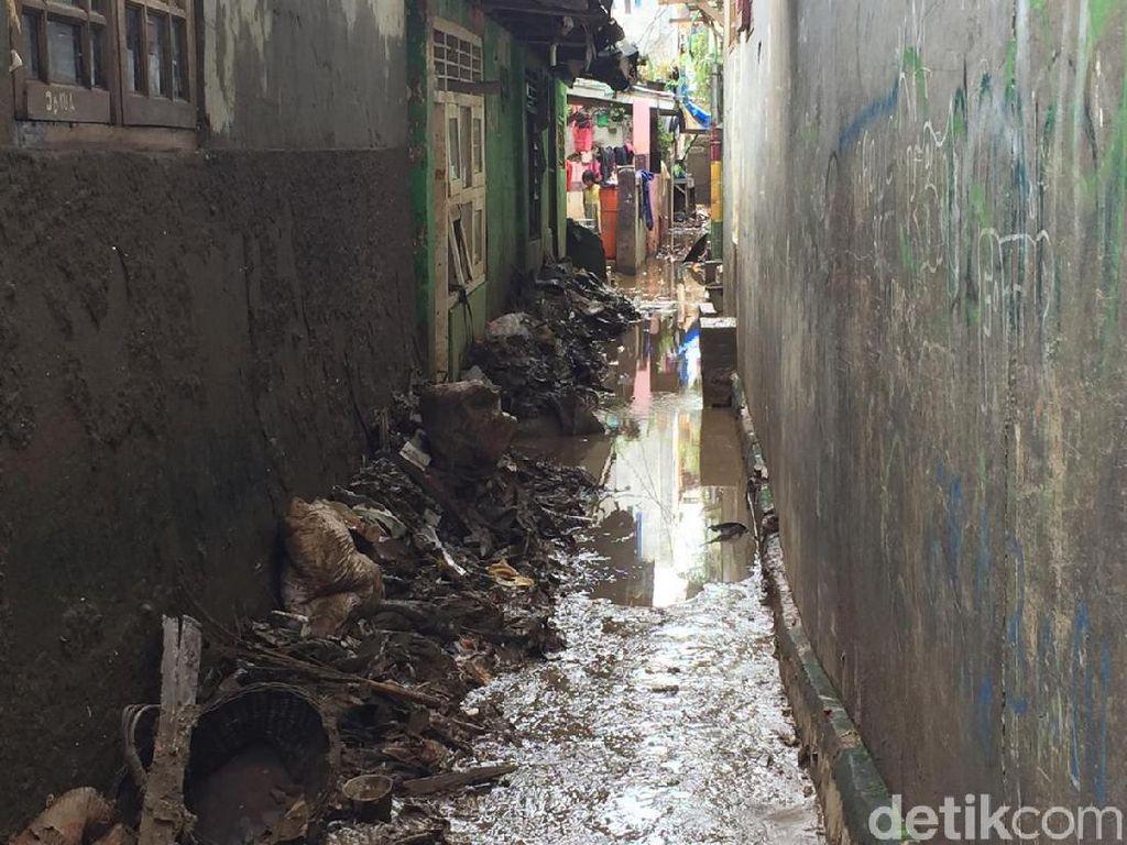Banjir di Kebon Pala Kampung Melayu Surut, Warga Bebersih Sisa Lumpur