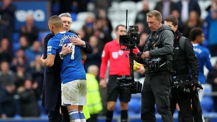 LIVERPOOL, ENGLAND - FEBRUARY 08: Carlo Ancelotti, Manager of Everton embraces Richarlison of Everton following the Premier League match between Everton FC and Crystal Palace at Goodison Park on February 08, 2020 in Liverpool, United Kingdom. (Photo by Alex Livesey/Getty Images)